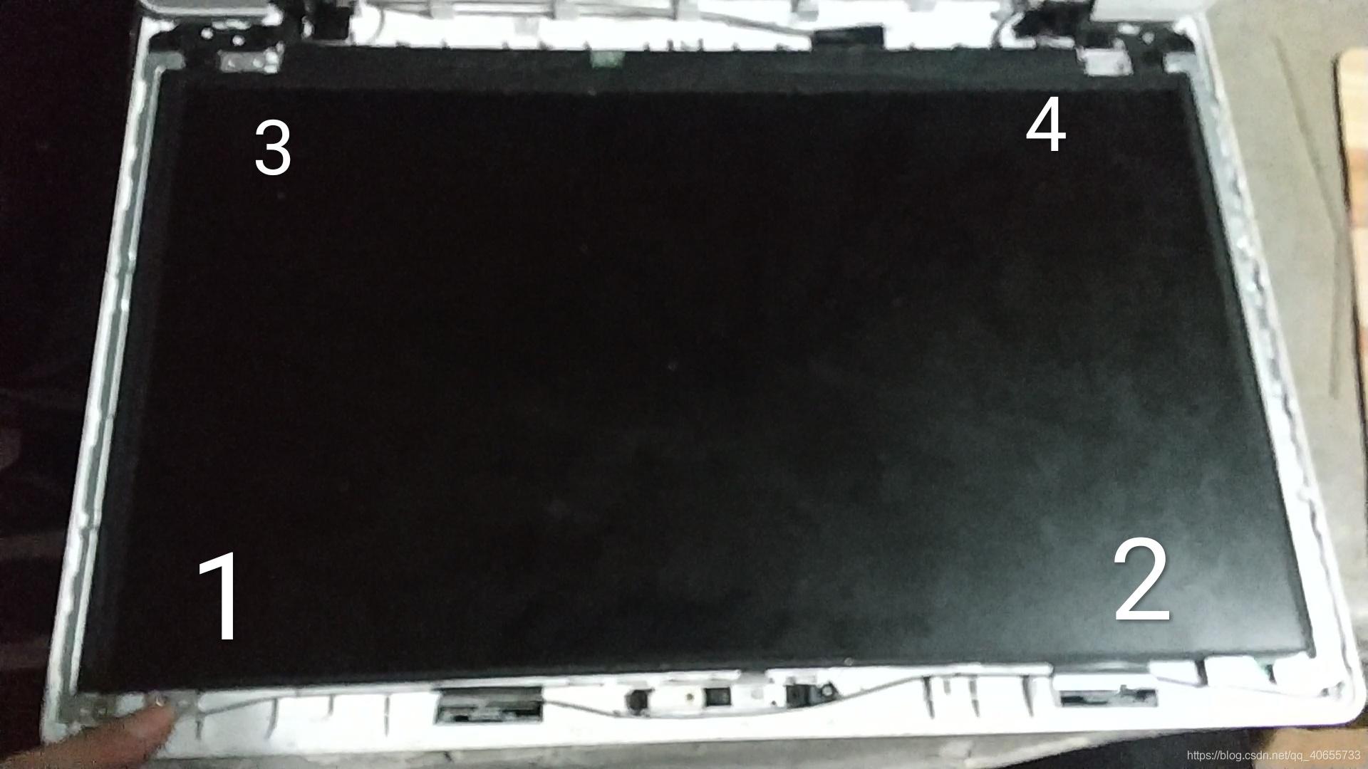 拆完可以将屏幕取起,屏幕底部有线,轻放。