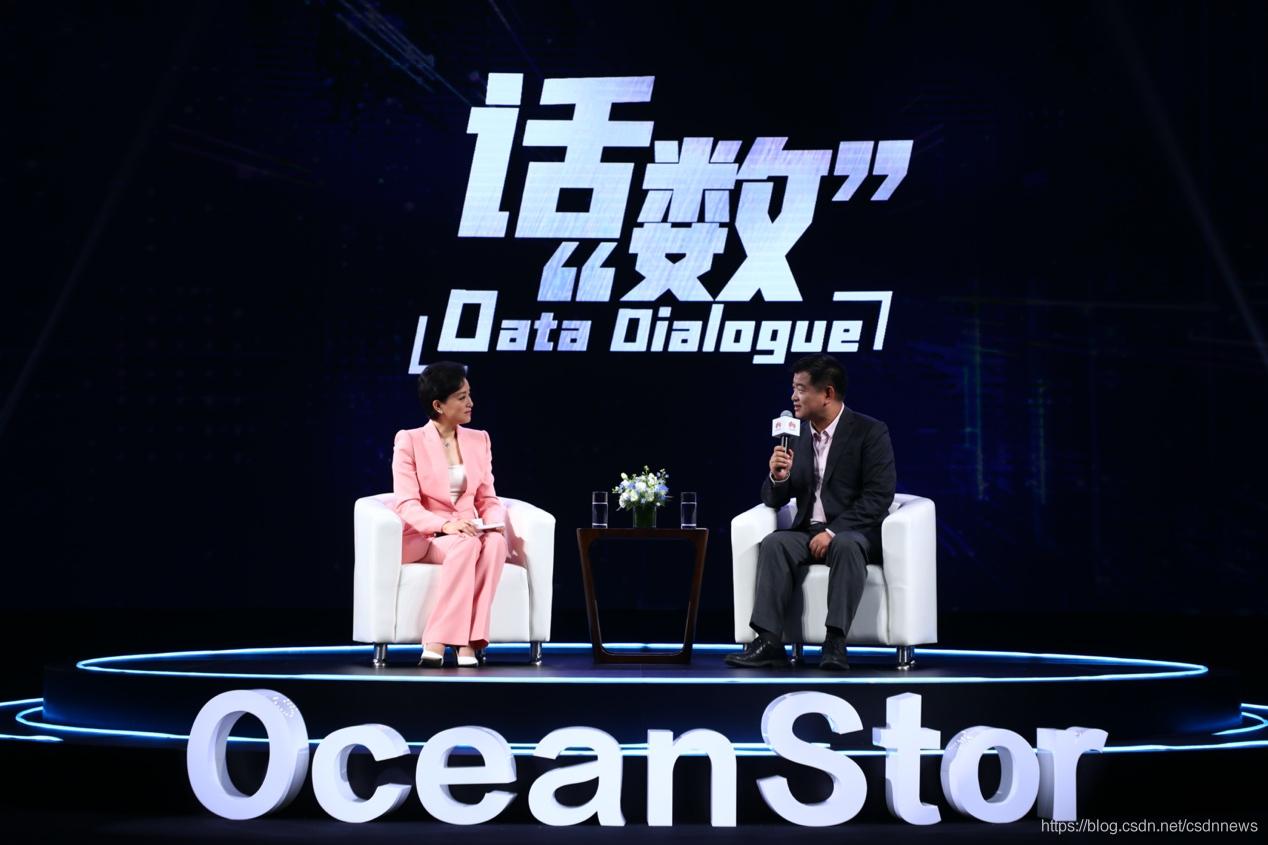 华为数据存储与机器视觉产品线总裁周跃峰博士(右),与嘉宾主持、阳光媒体集团董事长、知名媒体人杨澜圆桌对话