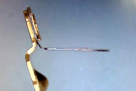 ▲ 从侧面可以看到双金属层的结构