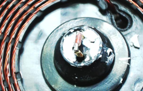 ▲ 电磁线圈中心的测温二极管