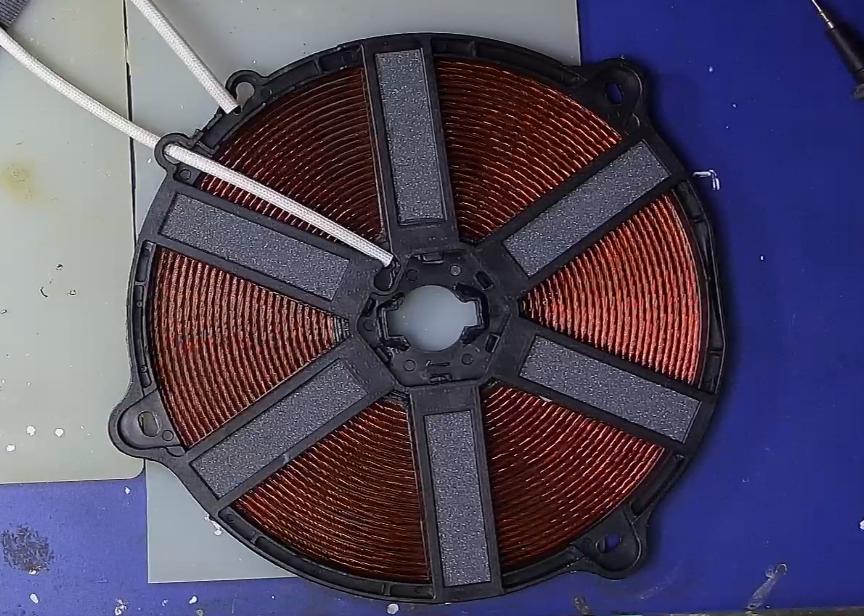 ▲ 电磁线圈后面的六条铁氧体支撑条