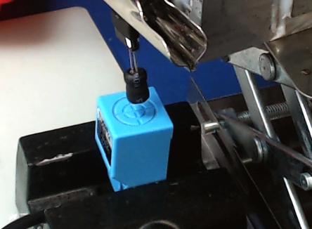 ▲ 使用工字型电感(10mH)测量传感器外部的交变电磁场