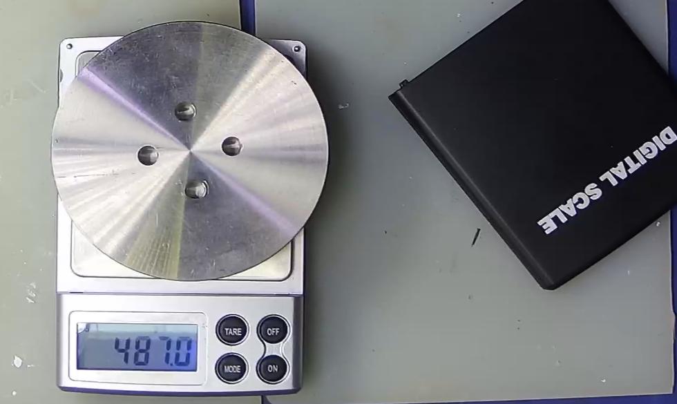 ▲ 测量一个金属圆形垫片重量