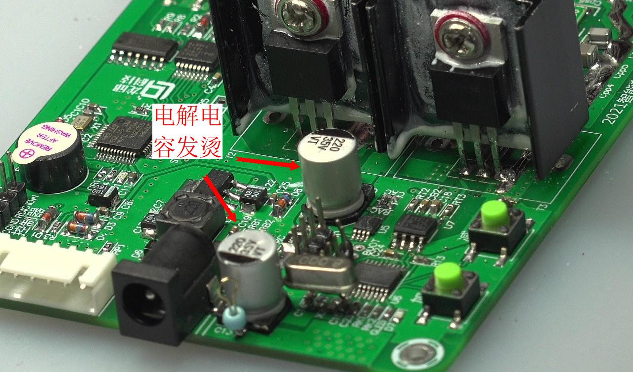 ▲ 电路板上的电解电容发烫