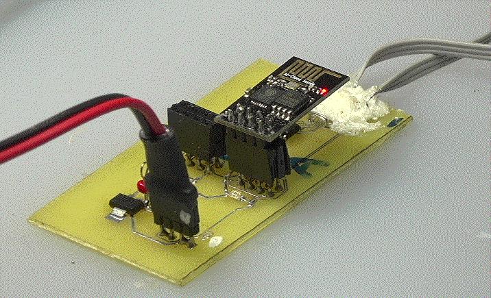 ▲ 利用串口通讯板对于ESP8266进行下载固件