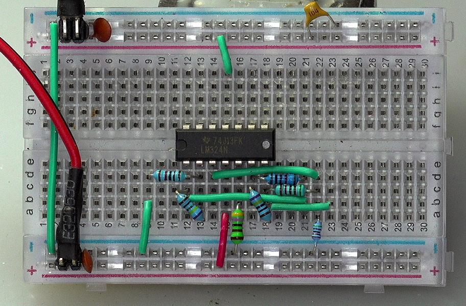 ▲ 图2-3 在面包板上搭建的实验电路