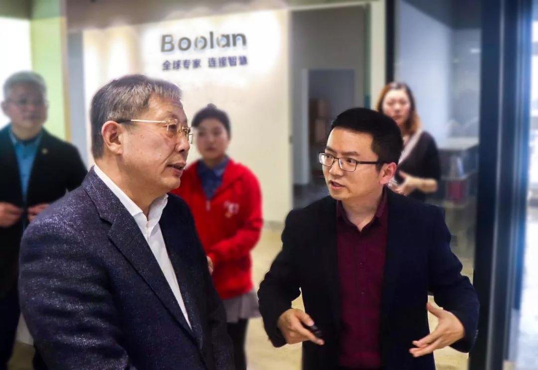 Boolan CEO 李建忠向杨雄市长介绍Boolan在AI教育领域的积累与布局
